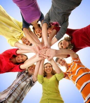 Quadro Un gruppo di adolescenti felici tenendo le mani insieme