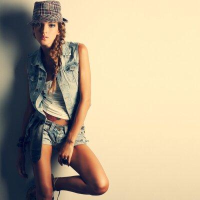 Quadro Una foto di bella ragazza è in stile moda