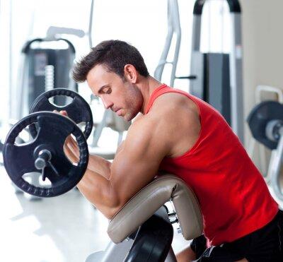Quadro uomo con attrezzature allenamento con i pesi in palestra sportiva