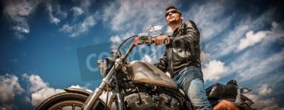 Quadro Uomo del motociclista che indossa una giacca di pelle e occhiali da sole seduti sulla sua moto.