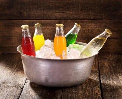 Quadro varie bottiglie di soda in secchiello con ghiaccio