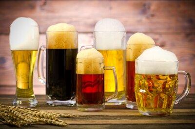Quadro Varietà di bicchieri di birra su un tavolo di legno