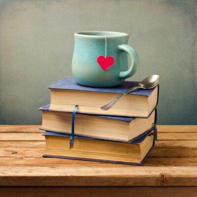 Quadro Vecchi libri d'epoca e di coppa con forma di cuore su tavola di legno