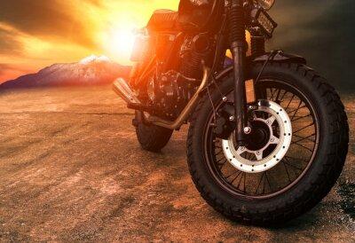 Quadro vecchia moto retrò e bellissimo sfondo del tramonto del tramonto