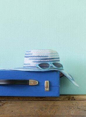 Quadro vecchia valigia blu stile per i viaggi e la spiaggia cappello