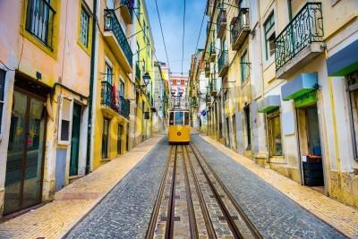 Quadro vecchie strade di città e tram a Lisbona, Portogallo