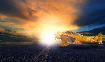 Quadro vecchio aereo ad elica giallo sulla pista dell'aeroporto con cielo al tramonto bac