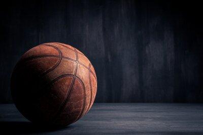 Quadro Vecchio pallone da basket su sfondo nero