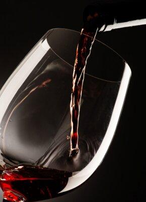 Quadro vetro con vino rosso su sfondo scuro