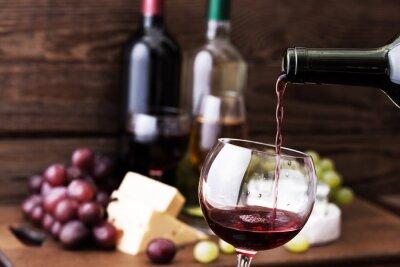 Quadro Vino rosso versando in vetro, close-up.