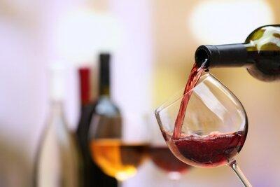 Quadro Vino rosso versando in vetro di vino, primo piano