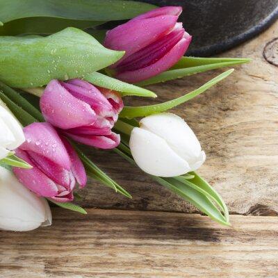 Quadro viola concetto di primavera tulipano sul vassoio d'epoca e tavolo in legno
