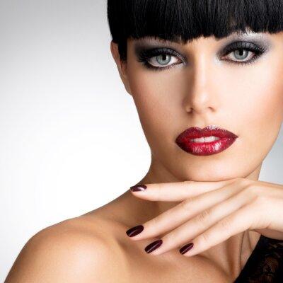 Quadro Volto di donna con belle unghie scure e sexy labbra rosse