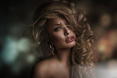 Quadro Volto di donna perfetta con sfondo scuro
