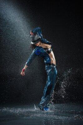 Quadro Wet donna che balla. Sotto gocce d'acqua. Studio fotografico