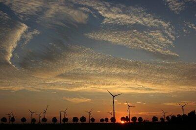 Quadro Windpark im Aufbau al tramonto mit Cirrocumuluswolken