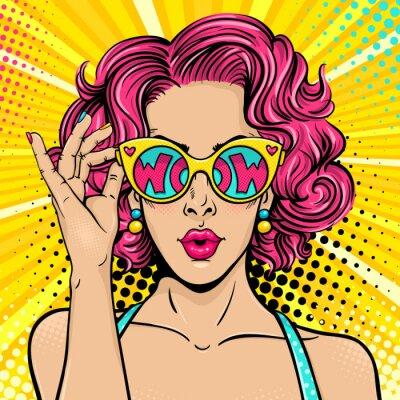 Quadro Wow pop arte faccia. Donna sorpresa sexy con capelli ricci rosa e occhiali da sole aperti in bocca in mano con iscrizione wow in riflessione. Vettore sfondo colorato in pop art retro stile comico.
