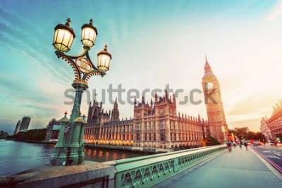 Quadro Il Big Ben visto da Westminster Bridge, Londra, Regno Unito. al tramonto. Retro lampione stradale. Vintage ▾